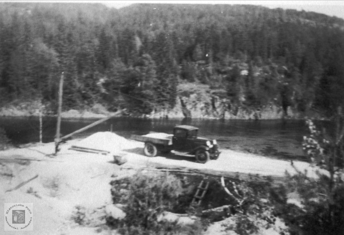 Gammel lastebil, ca. 130-modell, på Bjelland.