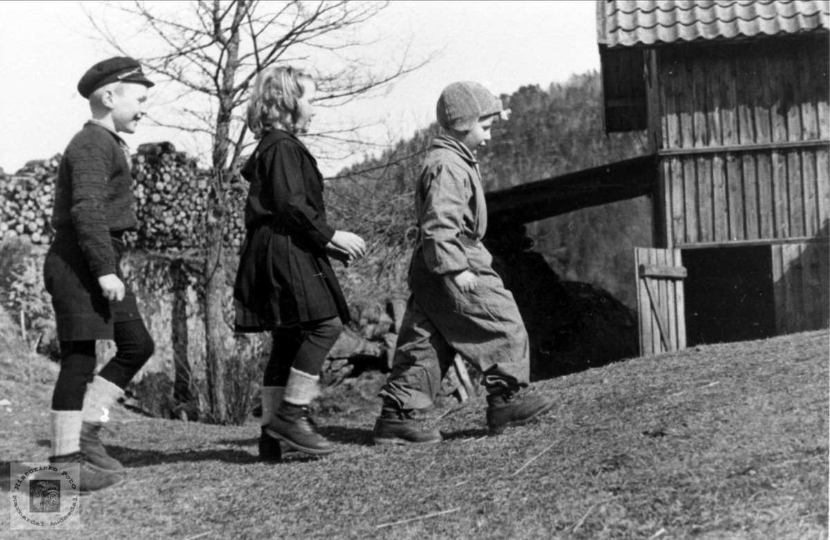 "Barn ""Der heima"" på Trygsland i Bjelland."
