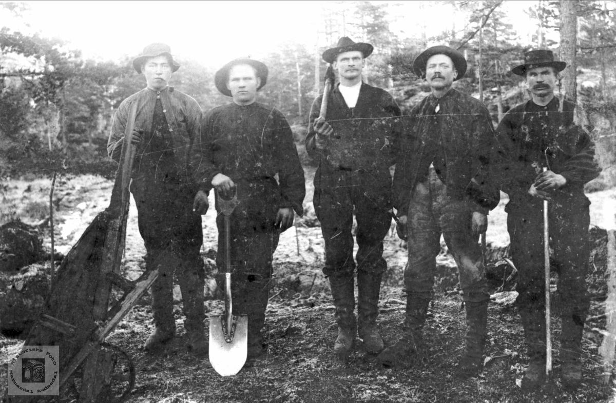Arbeidslag på vegarbeid med arbeidere fra Bjelland.
