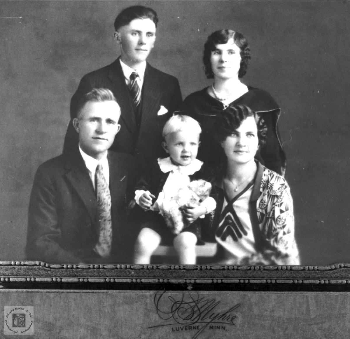 Familiebilde i USA med røtter på Midtbø i Bjelland.