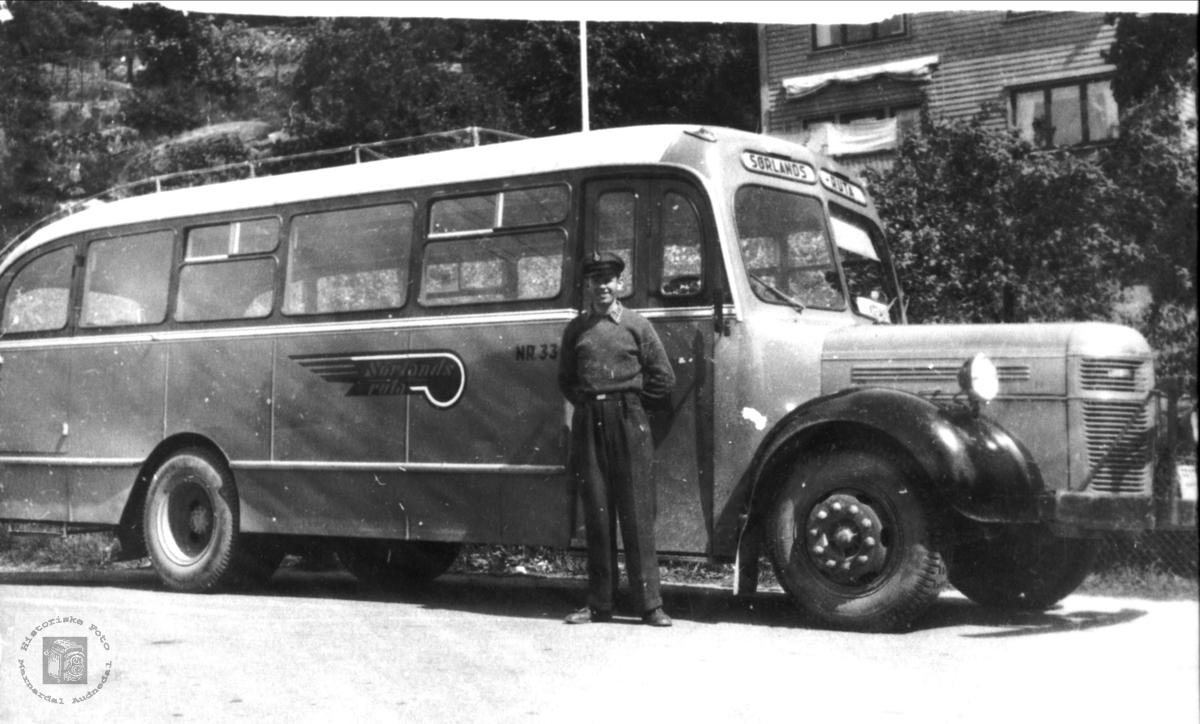 """Rutebuss. Bussen er merket """"Sørlandsruta"""". Dette selskapet ble stiftet i 1951 på grunnlag av mange mindre rutebilselskaper i regionen. Tidspunkt for fotografering er derfor tidligst 1951. Bussen kan selvsagt være eldre."""