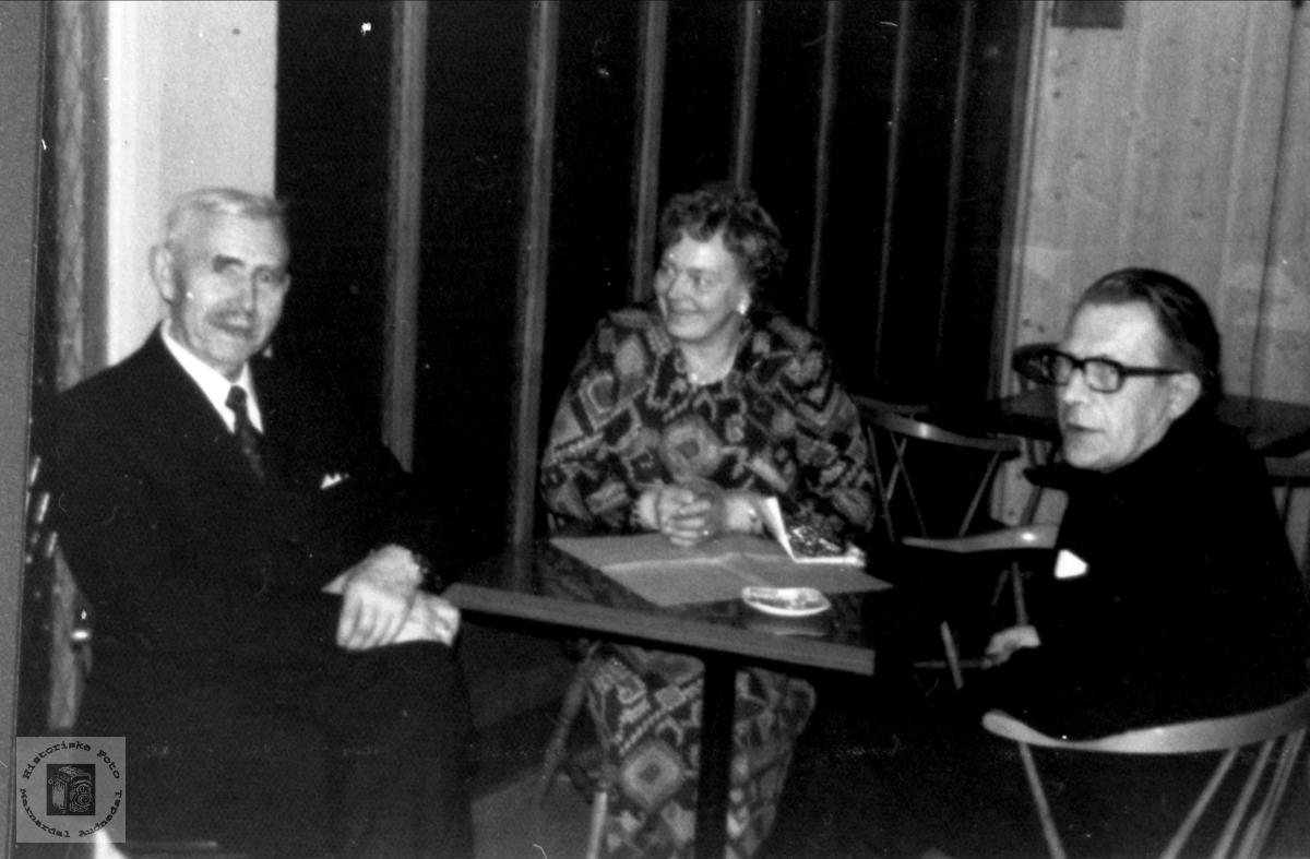 Gruppeportrett Gustav Manneråk, Tilda og Aanen Knibe, Øyslebø.