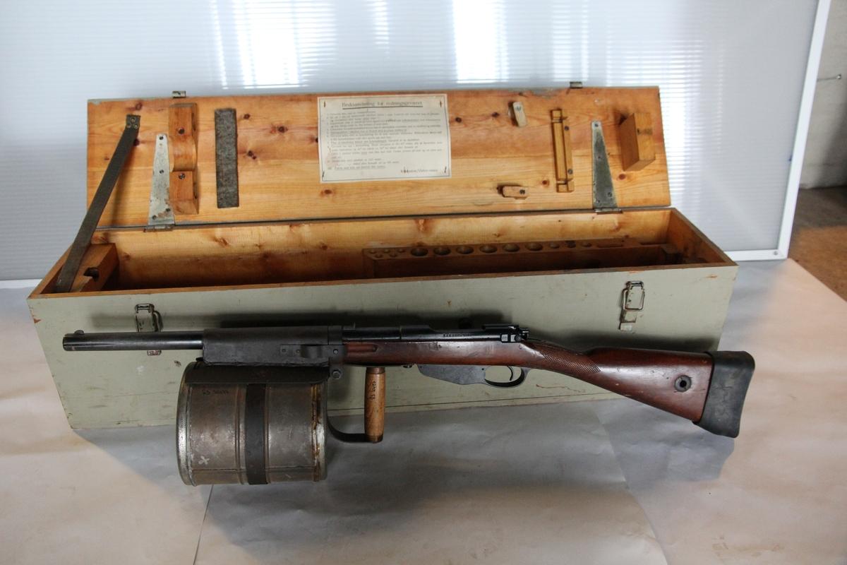 Linegevær i en trekasse, med diverse tilbehør.