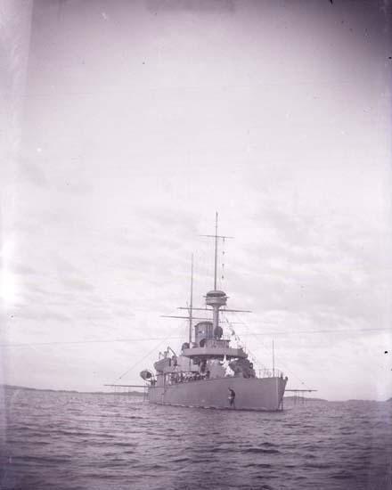 """Enligt text som medföljde bilden: """"Svenska Pansarbåten """"Niord"""" fr. fören 1 st. klass 24/8 1899 Lysekil."""""""