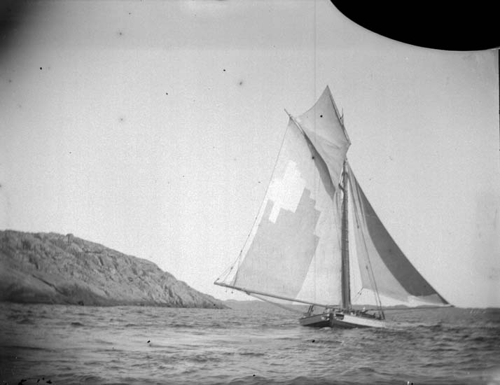 Lastad jakt under god läns förbi Stångehuvud 1899.