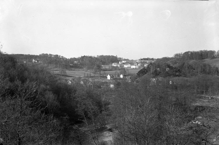 """Text som medföljde bilden: """"1948. Nr. 11. Utsikt från Hed...? till Foss.""""  Uppgifter från Munkedals HBF: """"Foss k:a""""."""