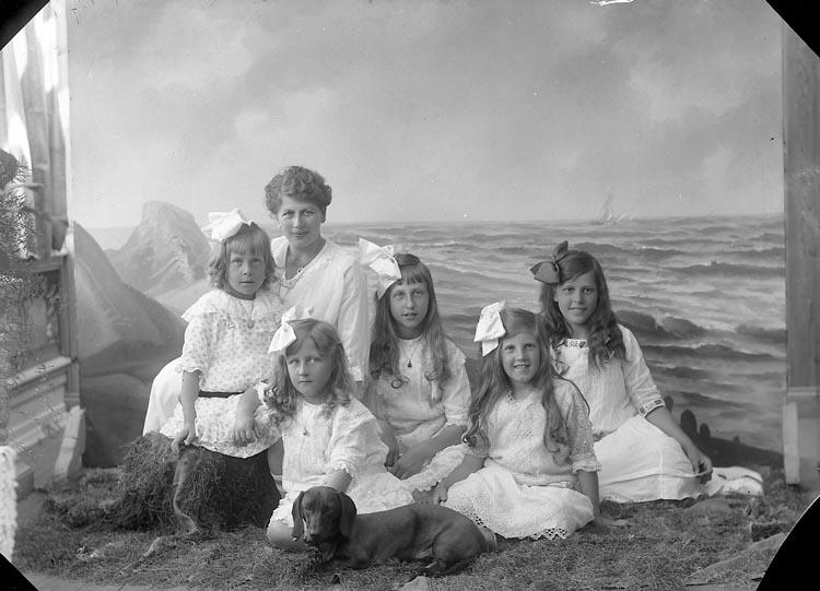 """Enligt fotografens journal nr 3 1916-1917: """"Kindal, Konsul (med fl.)""""."""