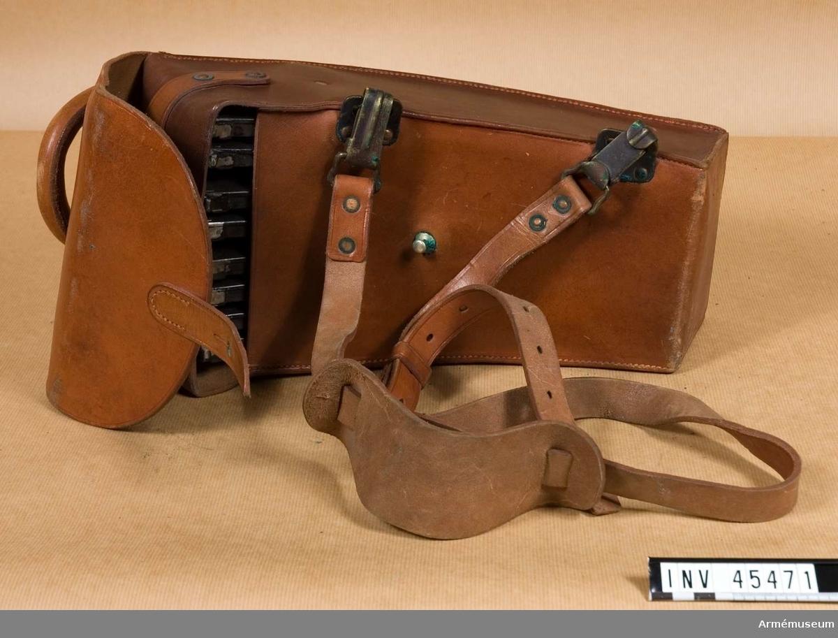 Grupp E IV. Tillbehör till kulsprutegevär består av: fodral, kolvstöd av  aluminium, väska med rengöringsredskap, väska med 2 magasin,  rem, väska med rem, 6 läderfodral, 2 påsar av gummityg, skyddsläder.Innehåller åtta magasin till kulsprutegevär AM 45460.