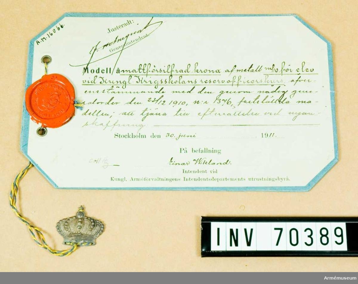 Grupp C:I. Mattförsilvrad krona av metall m/1910 för elev vid Kungliga Krigsskolans reservofficerskurs.