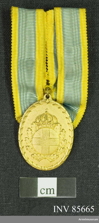 Grupp M.  Medaljen av oval form. Åtsidan: Mittpartiet upptages av landstormsmäket (en glob med ett kors infattat) under kunglig krona, omgivet av två hopbundna ekkvistar, konturen består av ett stiliserat medelst en knut hopfäst bladornament.  Frånsidan: 2 korsade fascinknivar med fästena uppåt. Därunder inristat NN LIEDFELD 19 19/9 36. Längs ytterlinien i upphöjda bokstäver LANDSTORMSOFFICERSSÄLLSKAPENS RIKSFÖRBUND. Bandet har ytterst 2 smala gula ränder, närmast innanför 2 bredare blå ränder, innerst en gul rand, till bredden lika de blå.   Material: förgyllt silver Beskr: Prn