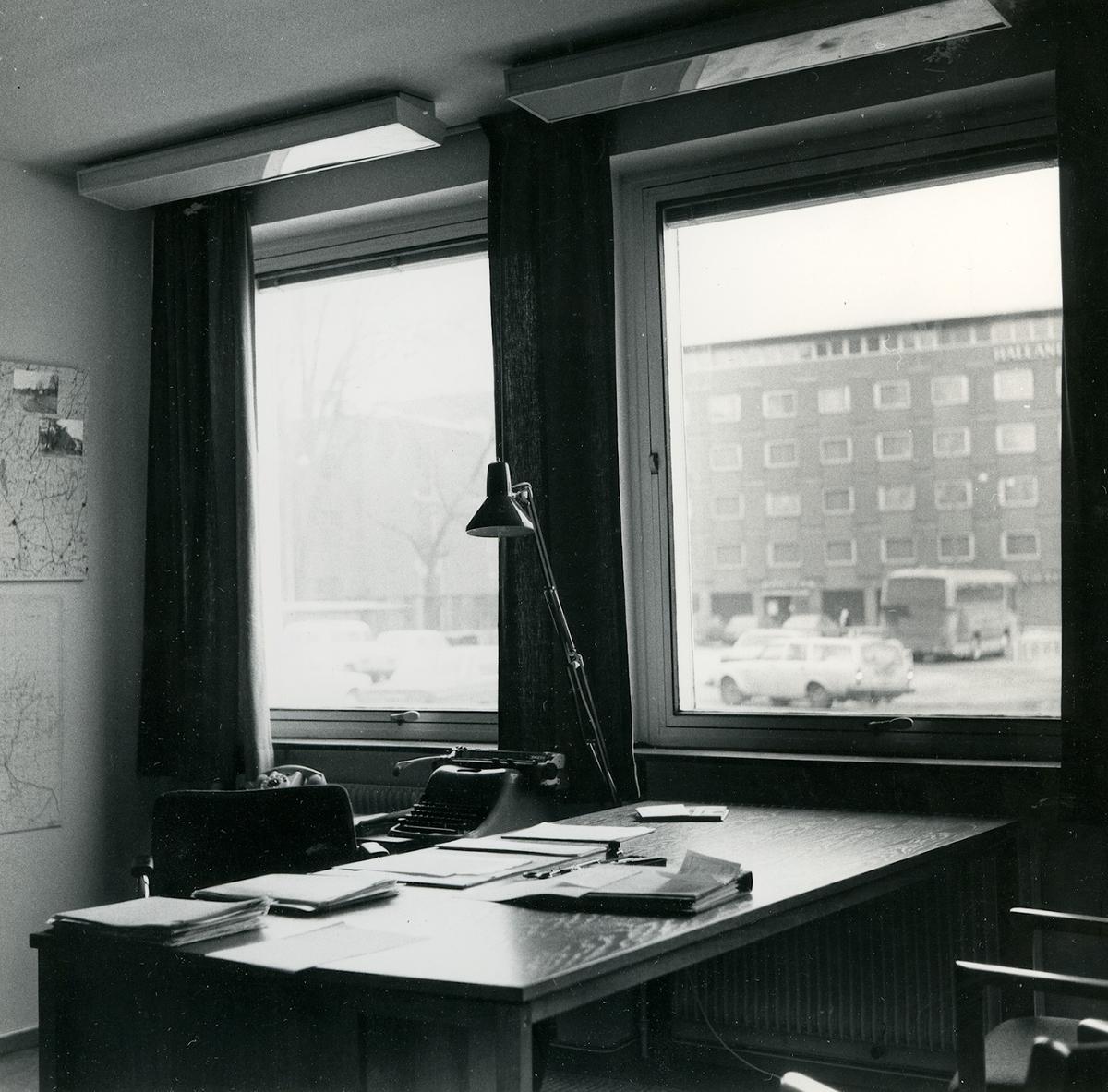 Utsikt från länsantikvariens tjänsterum mot Hotell Hallandia. Foto Lennart Lundborg januari 1977.