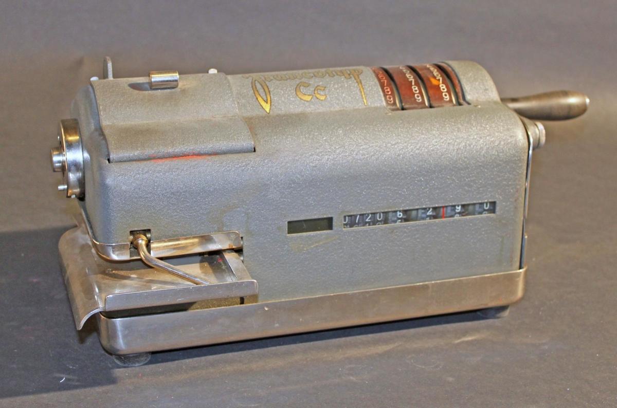"""Frankostämplingsmaskin av typ """"Francotyp"""", i grå metall.Maskinen är försedd med ett brevmatningsbord till vänster, där ovanen lucka under vilken klichén satt. Till höger om luckan, mitt ovanpåmaskinen står text """"Francotyp"""" i guldskrift, och längst till högertre spakar för inställning av valörsiffror. Tre kolumner siffror från0 till 9, varav den vänstra med röda siffror, de övriga två med vita.På maskinens högra sida sitter en vev med svart bakelithandtag.Framtill finns två """"fönster"""" med räkneverk. Bakpå maskinen finns enplomberingsbar lucka i vilken maskinen """"laddades"""" upp med nyatillgodohavanden, som köptes på Posten. Till höger en metallbrickamed maskinens nummer, 4022, instansat. Maskinen står på en ställningav vitmetall. Ställningen vilar på fyra gummiklossar.Frankostämplingsmaskiner infördes i Sverige 19261001, ochinternationellt redan år 1920."""