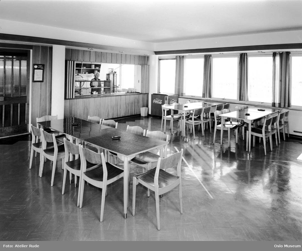Norske eggcentraler, interiør, kantine, serveringsdisk, kvinne, Coca Cola kjøleboks