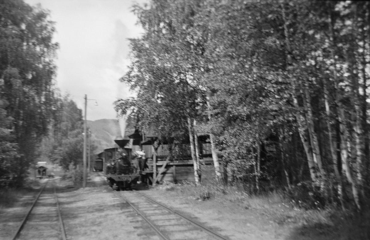 Kullfylling på damplokomotivet på Byglandsfjord stasjon på Setesdalsbanen