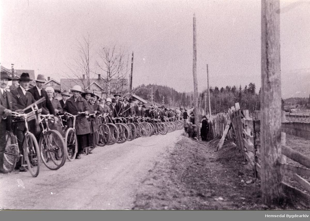 """Ungdomslaget """"Vår"""" i sykkeltog 17. mai ,ca. 1920. Fremst står formannen Per Engene"""