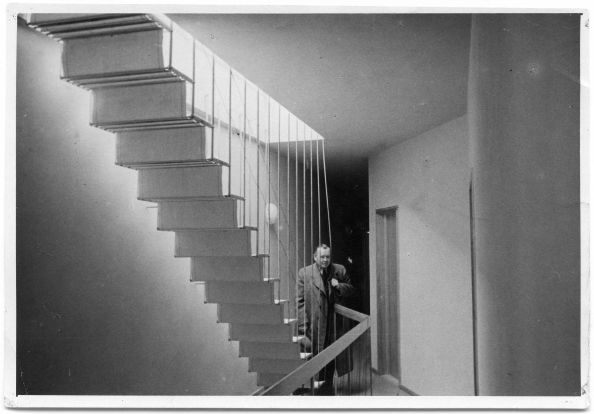 Villa Edstrand Man i trappa Interiör