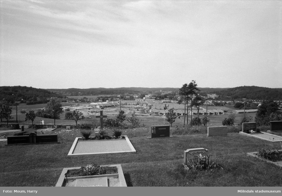 Konfirmander 50-årsjubilerar vid Lindome kyrka, år 1984. Vy från kyrkan mot Kyrkängen.  För mer information om bilden se under tilläggsinformation.