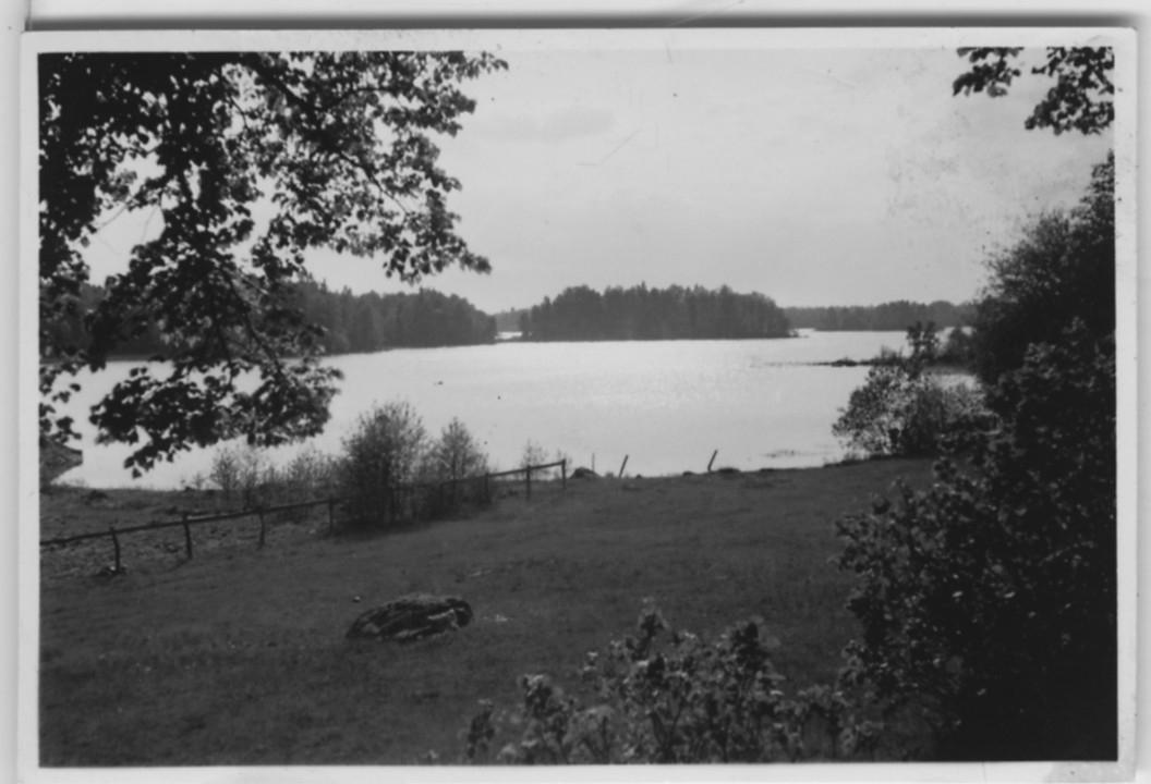 'Biologiska föreningens utfärd till Växjö, Aneboda och Misterhult: ::  :: ''Utsikt från platsen där kyrkoherdebostället legat invid kyrkogården.'' Vy över sjö. ::  :: Se 3902-3908, 3909-3923 samt 3924-3933 från samma utfärd.'