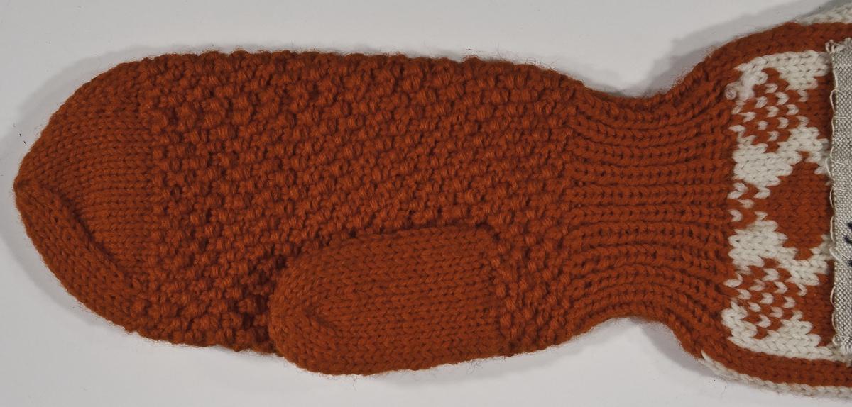 Musketörvante i dubbelt 3-trådigt ullgarn. Kragen är slätstickad med mönster Bjärbo. Själva vanten är  i mosstickning.