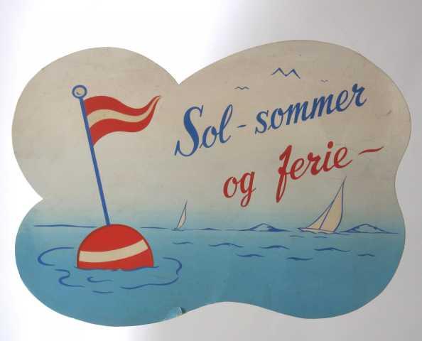 Sjø, seilebåt, bøye m.vimpel samt tekst i store bokstaver.