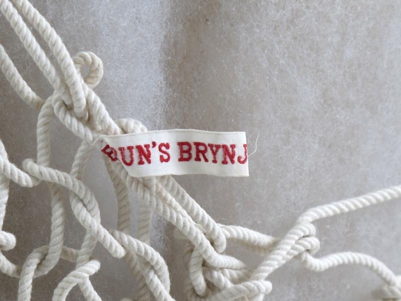 Trøye  knyttet eller strikket av ca 2 mm tykt  bomullssnøre.
