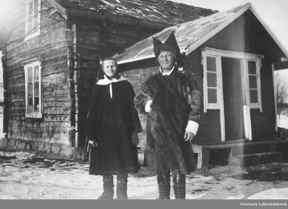 Marit(mor) og Johannes(sønn) Nymo står utenfor boligen i Ildskog i Porsanger.