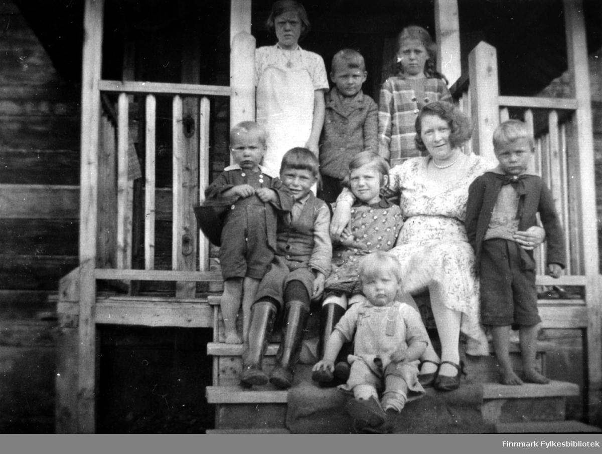 Gruppebilde på trappa til Neiden fjellstue, 1932, tante Arntine var på besøk