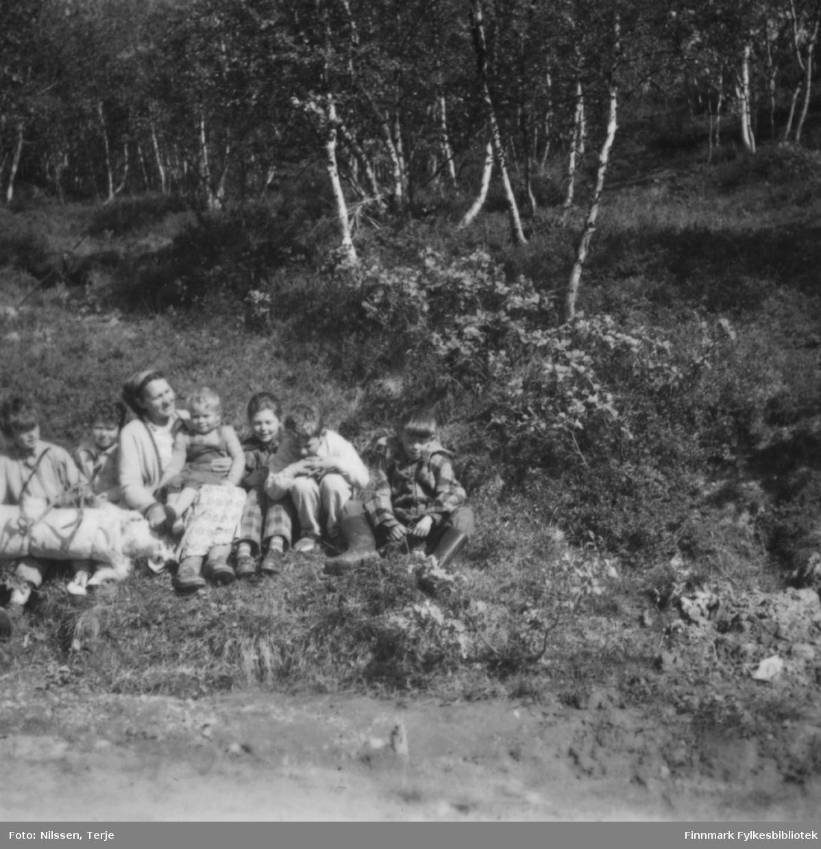 Bestemor Marie Sivertsen sammen med seks av barnebarna, i Øvre Neiden 1957