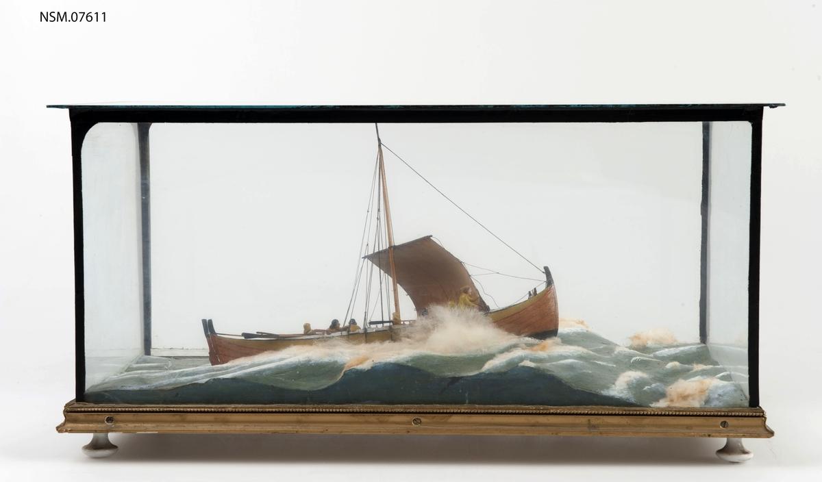 Skilderimodell av fiskebåt med 7 mann. I monter.