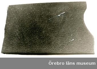 Cellgummi, 1 st provbit.Mörkbrunt cellgummi, en provbit. Användes till sulor. Köp från Br Janssons skofabrik, Åbytorp.Deponerat till Skoindustrimuseet i KumlaNeg.nr.1380/84
