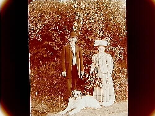 Ett par med en hund.Knut Lindholm