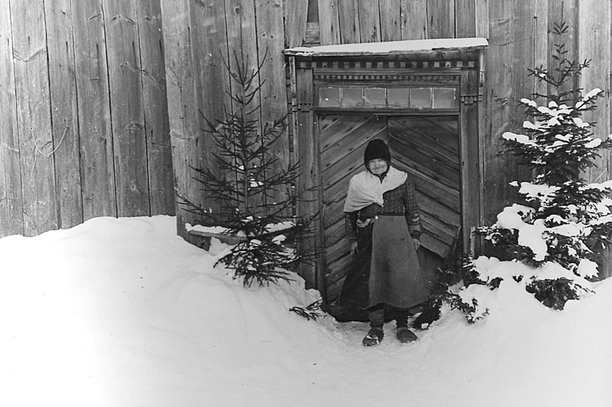 En kvinna.Matilda Karlsson, född den 15 mars 1874.Trösslingstorp.Vinterbild.Mars 1945.
