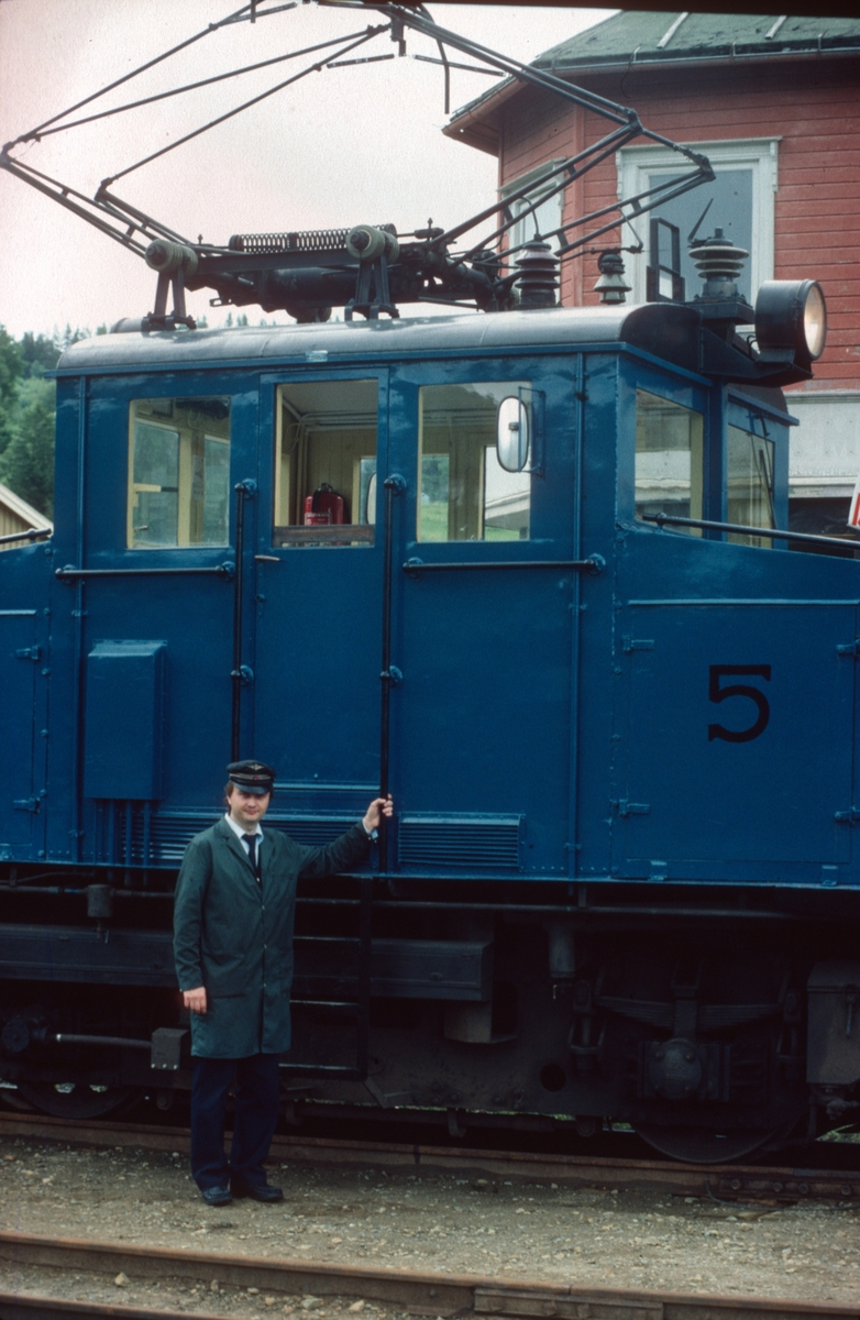 Lokomotivfører Erik Borgersen foran Salvesen og Thams lokomotiv nr. 5.