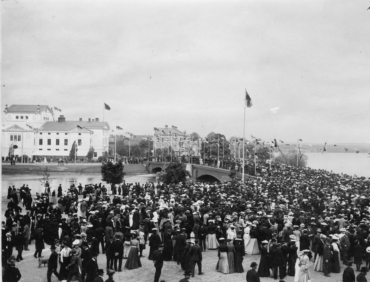 Industri- och Lantbruksutställningen i Karlstad 1903. Teaterbron en utställningsdag. Bild från tidskriften Hemmets bildmaterial.