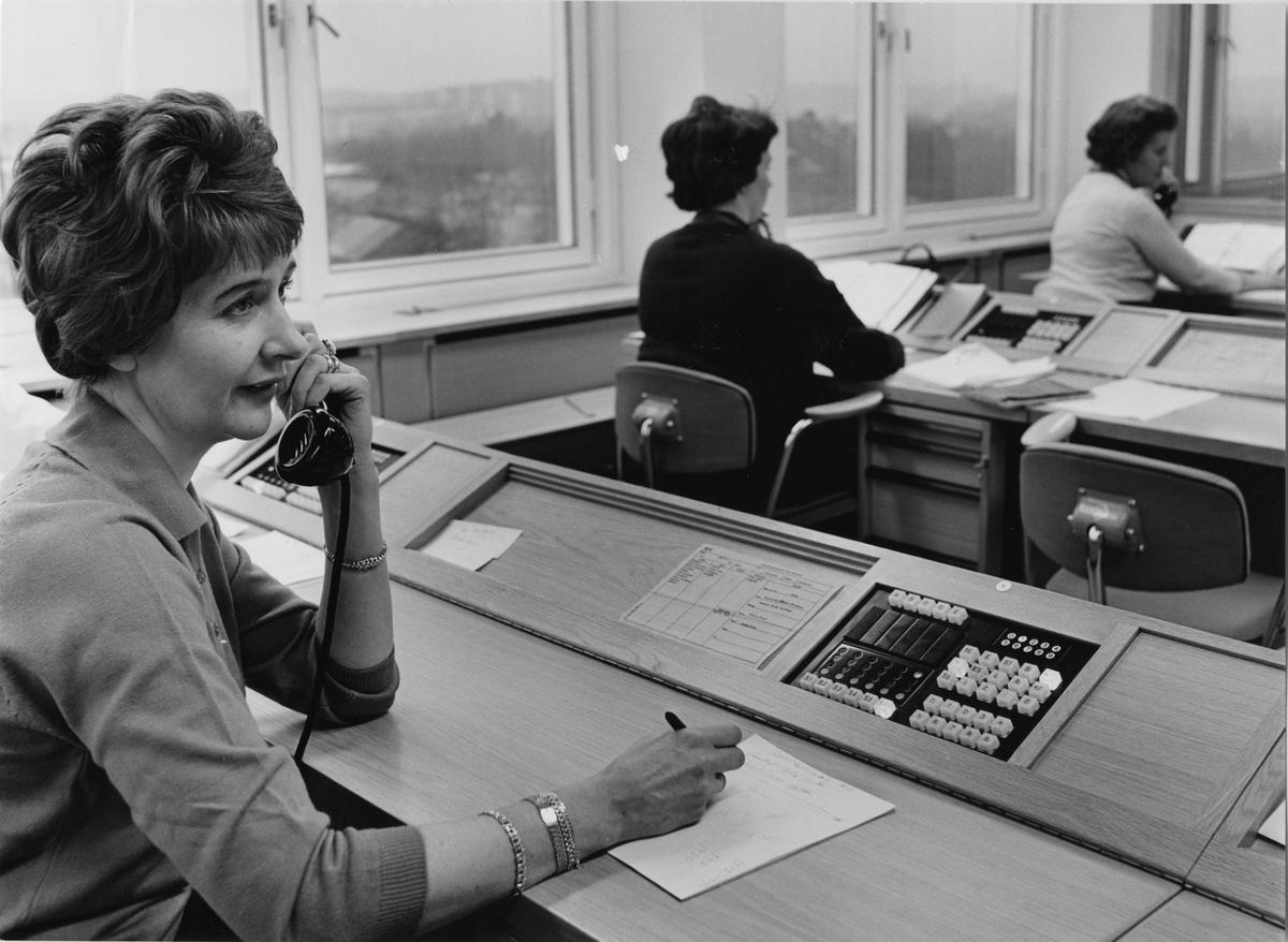 Växeltelefonister vid okänt kontor, eventuellt Dagens Nyheter.