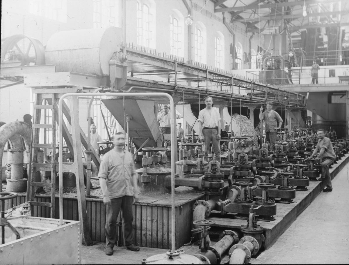 Skioptikonbild med motiv från yrkesinspektionens undersökningar på olika arbetsplatser. Okänd fabrik. Möjligen tillberedning av sockerbetor.
