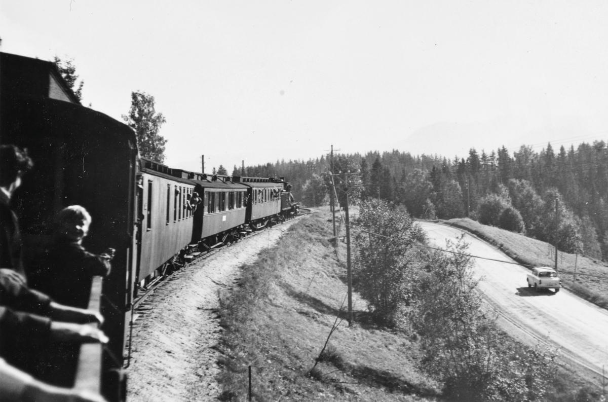 Utsikt fra bakerste vogn i A/L Hølandsbanens veterantog underveis fra Krøderen til Vikersund.