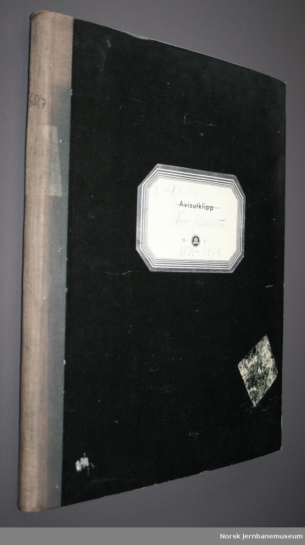 Utklippsbok med innlimte fribilletter 1871-1960