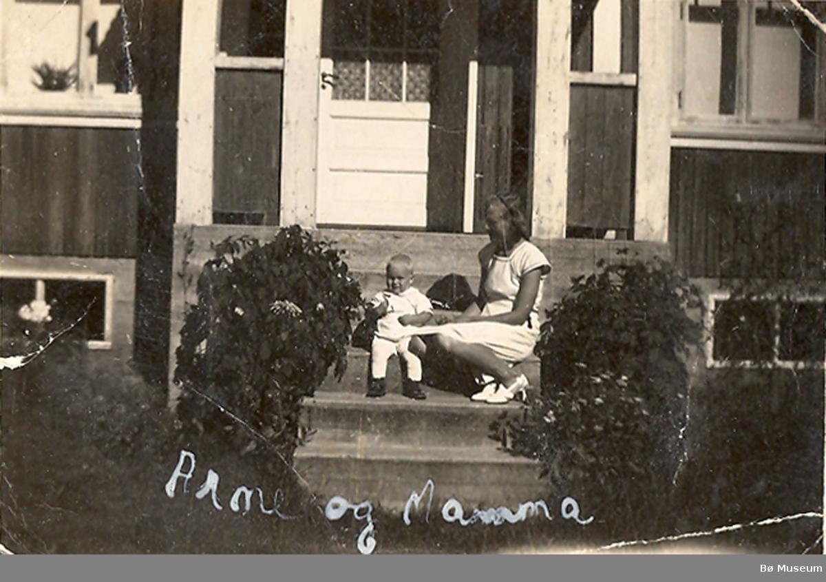Astrid Haugerud med sonen Arne utanfor hus ved Skogheim, Gvarv