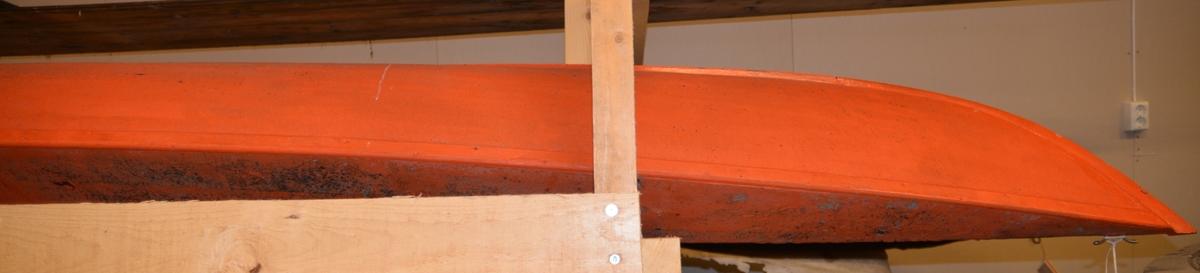 Oransje kajakk, med malt seilduk.