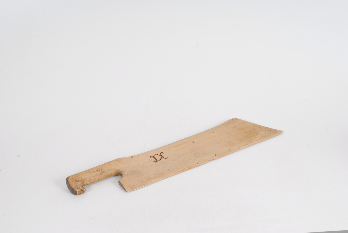 Form: Rektangulær form på bladet, rett skaft *23 ..som ender i en tupp. Smalner i underkant som et knivblad.