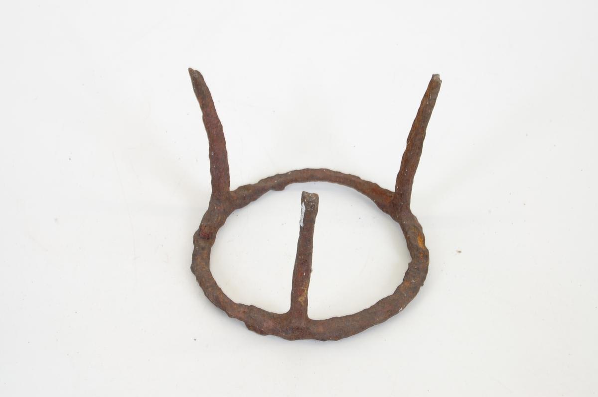 Form: sirkulær med tre bein