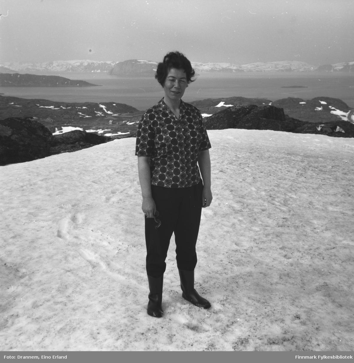 Jenny Drannem fotografert på et snødekt fjell. Terrenget tyder på at bildet er tatt på Kvaløya utenfor Hammerfest.
