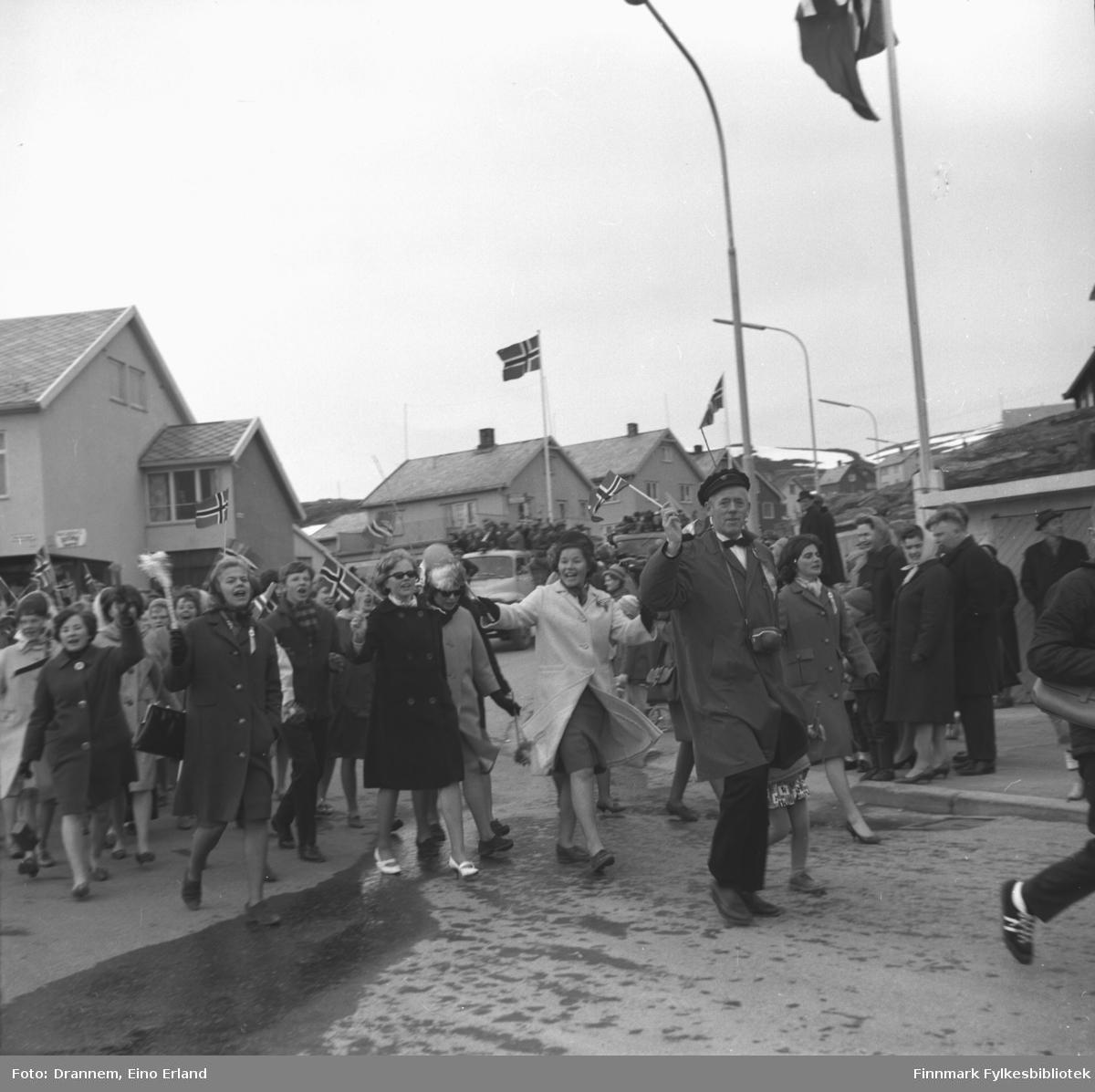 17. mai-tog kommer ned Forsølveien(Sykehusbakken) og svinger mot sentrum i Fugleneskrysset.