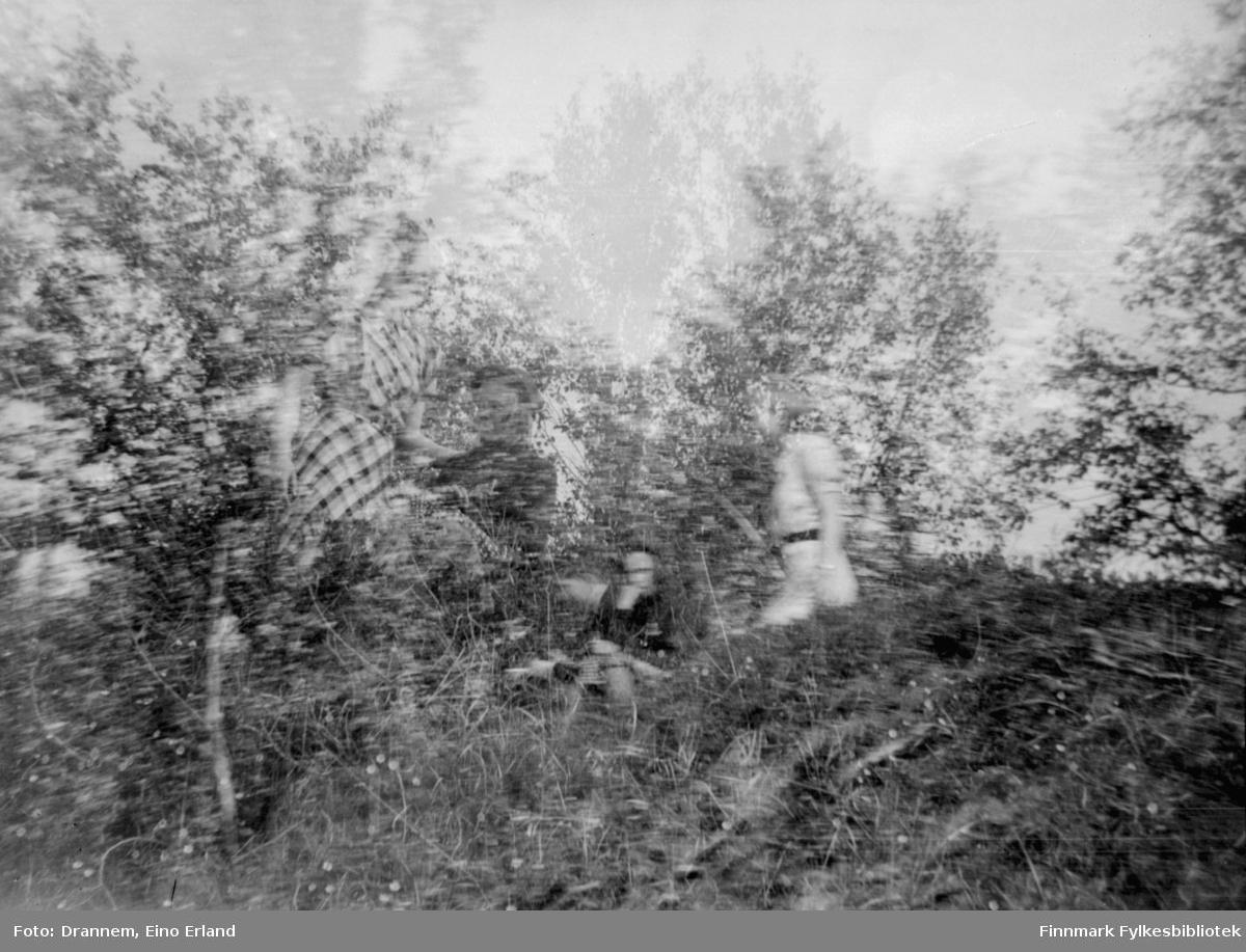 Et diffust bilde av noen ukjente personer i skogen. Stedet er også ukjent.
