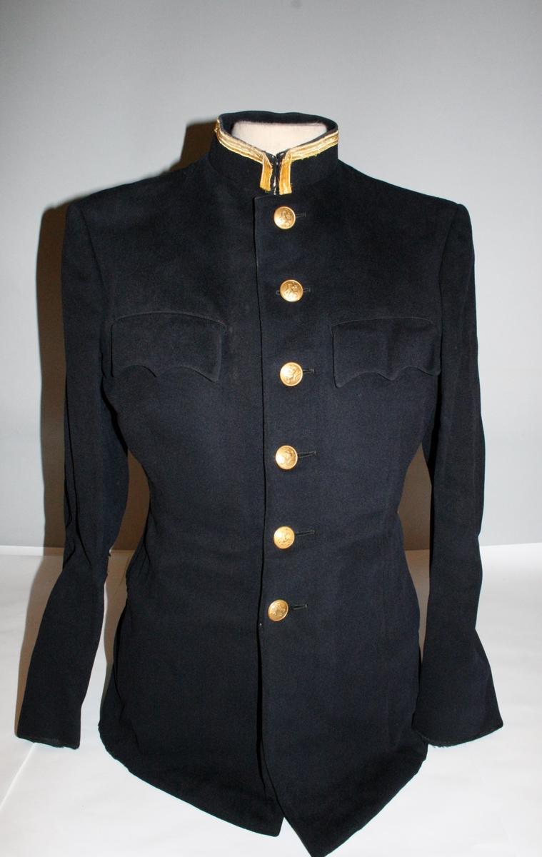 Uniformsjakke i sort med blåskjær med seks forgylte riksløveknapper. To brystlommer med klaff. Stående krage kantet med 12 mm gullbånd. Jakken er uten distinksjoner.