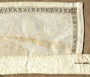Lös linnekrage till brudgumsskjorta. Kragstånd 2,5x40 cm, 2 st. knapphål, krage 8x37 cm, 1 cm bred tränsad hålsöm, maskinsydd.