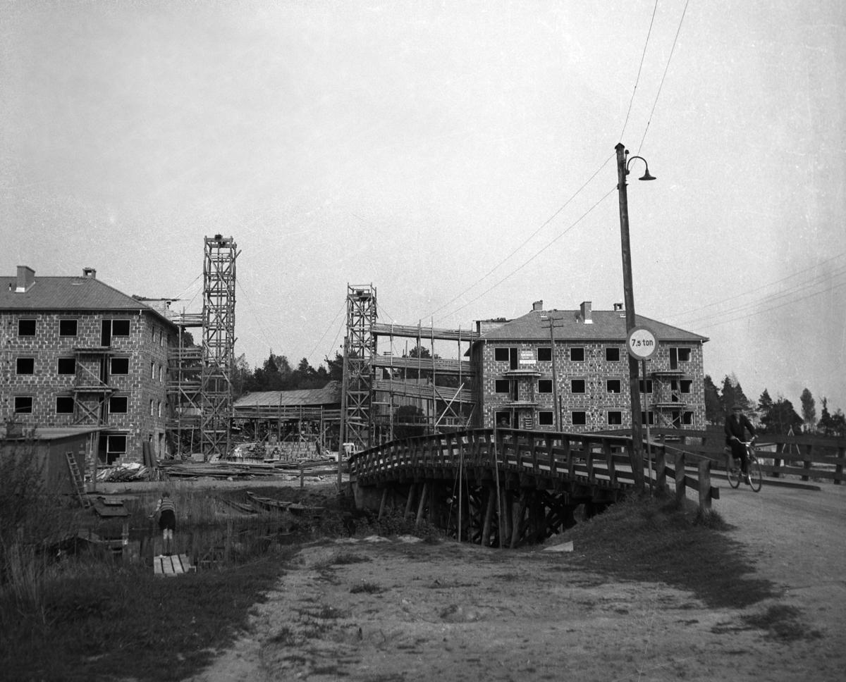 Byggnation för KMV:s räkning längs Engholmsgatan år 1949. Utförlig information finns i kommentarsfältet.