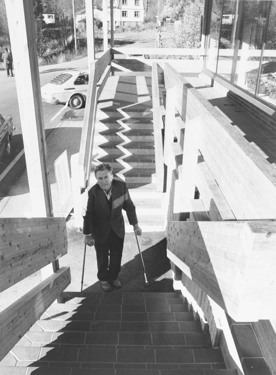 Nittedal handikaplag viser tilgjengeligheten for bevegelseshemmede.  Hans Reidar Elnæs er avhengig av krykker, her på  Hexebergsenteret ved Nittedal stasjon.