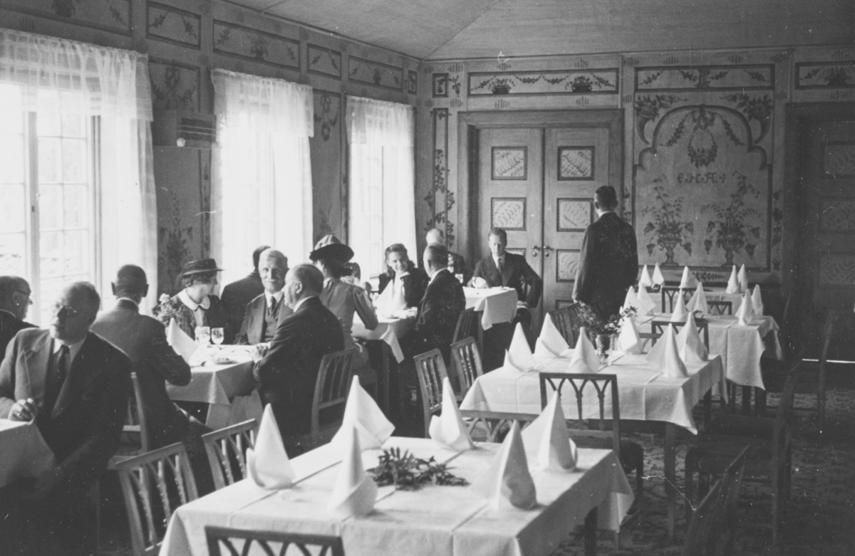 Lunsj på Folkemuseets restaurant for deltagere på internasjonal godstogkonferanse i Oslo i august 1939.